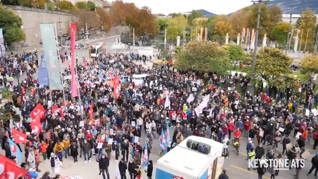 Tausende Menschen demonstrieren in Genf gegen Lohnkürzungen
