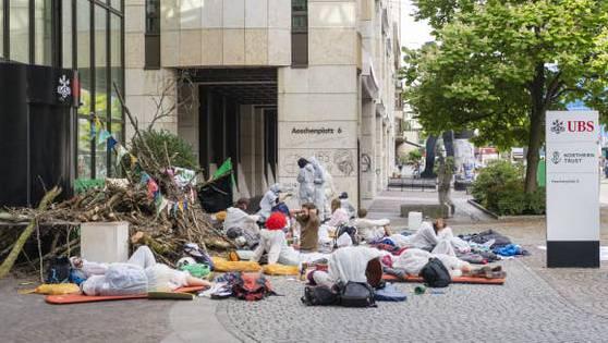 Eine Belagerung mit strafrechtlichen Folgen: Klimaaktivisten im Juli vor dem Eingang dieser UBS-Niederlassung am Aeschenplatz in Basel.