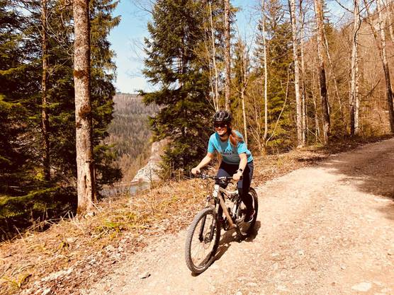 Sue Hirschi unterwegs mit dem Bike. Am Inferno hat sie auch schon die Bike-Strecke absolviert.