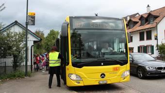 Kinder steigen in Diegten in den Bus