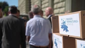 """Mit über 100'000 beglaubigten Unterschriften ist am Dienstag die Initiative """"Keine Massentierhaltung in der Schweiz"""" bei der Bundeskanzlei eingereicht worden."""