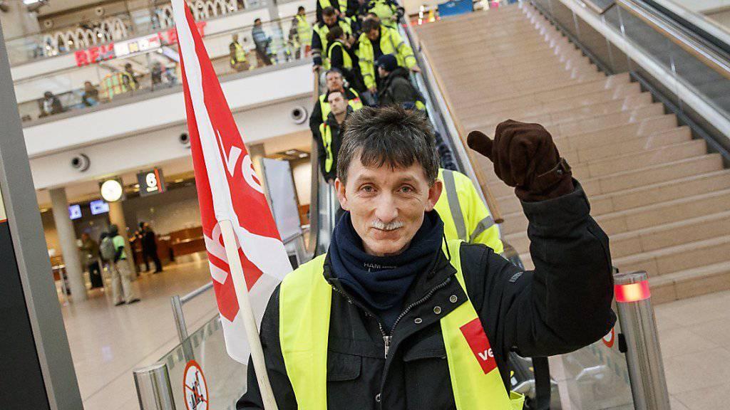 Auch am Montag streikt das Bodenpersonal an den Berliner Flughäfen Tegel und Schönefeld. Leidtragende sind unter anderem die Passagiere der Swiss.