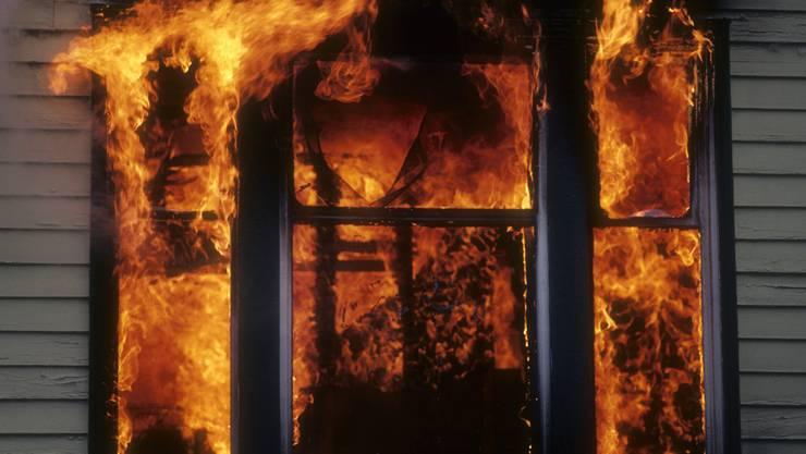 Nach ersten Erkenntnissen brach das Feuer im Innern des Hauses aus. Brandstiftung kann nicht ausgeschlossen werden. (Symbolbild)