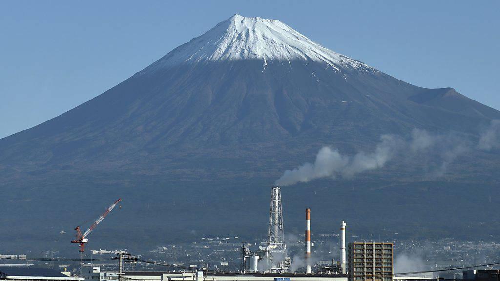 Nach einer Mehrwertsteuererhöhung hat die Coronavirus-Krise die japanische Volkswirtschaft zur Schrumpfung gebracht. (Archivbild)