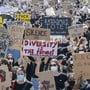 «Diversität ist die Zukunft», steht auf einem Schild, das eine Demonstrantin in Zürich präsentiert.