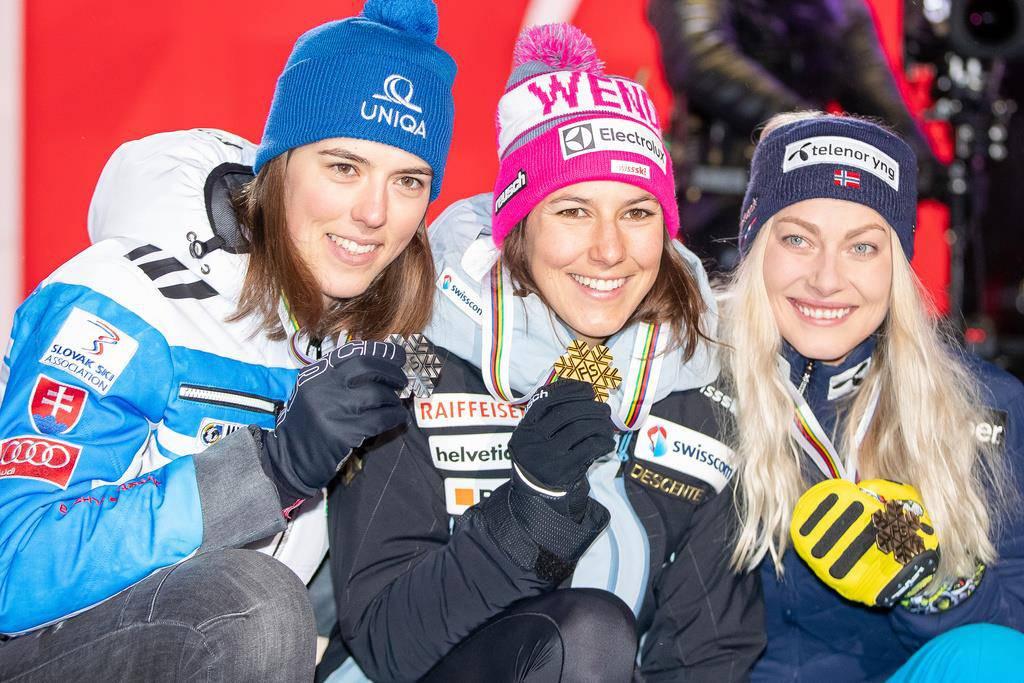 Podest nach der Kombination am Freitag: Silbermedaillengewinnerin Petra Vlhova, Weltmeisterin und Goldmedaillengewinnerin Wendy Holdener, Bronzemedaillengewinnerin Corinne Suter (© Keystone)