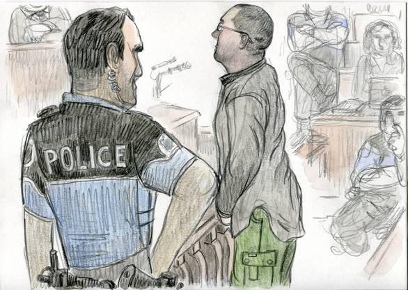 Ein Polizist bringt Adelines Mörder Fabrice A. zur Anklagebank.