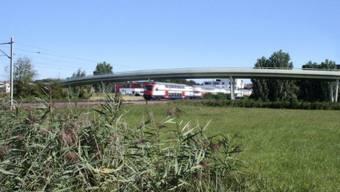 Gebaut werden soll damit eine 1150 Meter lange Strasse mit einer 470 Meter langen Brücke über die Bahngeleise.