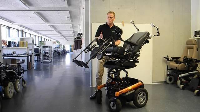 Thomas Kurzen von der Curtis Instruments AG erklärt, wie die Steuerung eines Rollstuhls funktioniert