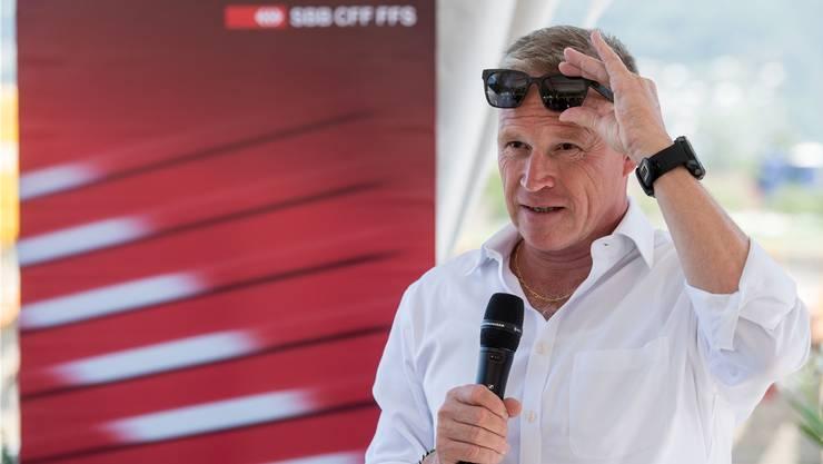 Ist nach seiner Auszeit noch immer etwas in Ferienstimmung: SBB-Chef Andreas Meyer spricht an einer Medienkonferenz im Tessin.