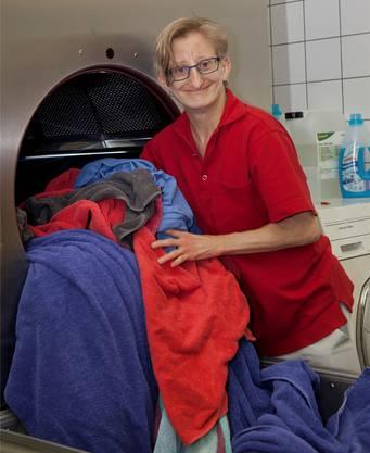 Michèle Wiederkehr arbeitet in der Wäscherei und ist eine von sechs porträtierten Mitarbeitern im Jahresbericht.