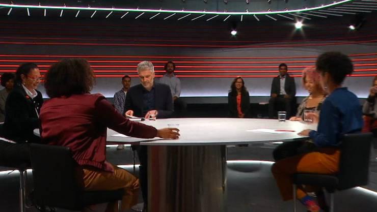 «Jetzt sitzen wir an einen runden Tisch»: Im Studio sassen erstmals wieder Publikumsgäste – aber auch die Diskussionsteilnehmerinnen. (Bild: SRF)