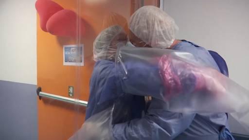 Tränenreiches Wiedersehen nach 21 Tagen: Diese Plastikwand macht Umarmungen trotz Corona möglich