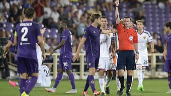 Schiri Michael Oliver zeigt Gonzalo Rodriguez nach seinem gestrecktem Bein die Rote Karte