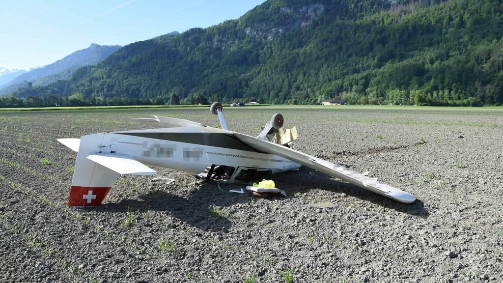 Kleinflugzeug muss notlanden und überschlägt sich