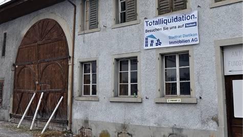 Ein Plakat an der Fassade des «Alten Bären» macht auf die «Totalliquidation» aufmerksam.