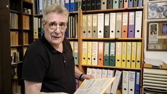 Mario Nanni in seinem Büro mit vielen (analogen) Akten.