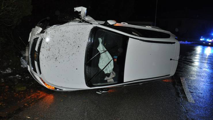 Hüniken SO, 14.Januar: Eine Autolenkerin verlor die Kontrolle. Das Auto fuhr gegen eine Böschung und kippte.