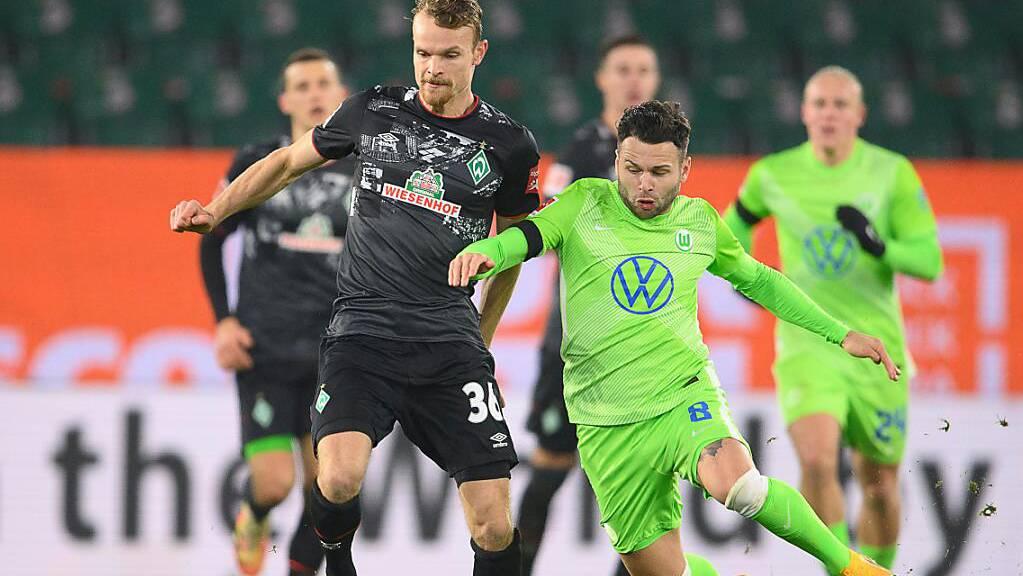 Renato Steffen (rechts) im Duell mit Werders Christian Gross