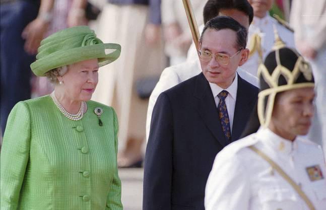 28. Oktober 1996: König Bhumibol empfängt die britische Queen Elisabeth am Militärflughafen in Bangkok.