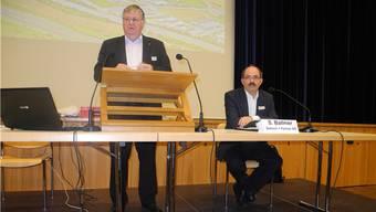 Gemeindeammann Hansueli Bühler (l.) und Verkehrsplaner Stefan Ballmer stellen das neue Parkierungsreglement vor.