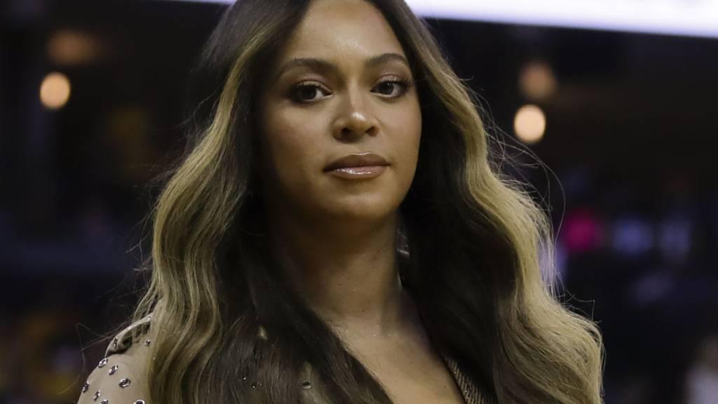 ARCHIV - Sängerin Beyonce geht während der ersten Hälfte von Spiel 3 der Basketball-NBA-Endrunde zwischen den Golden State Warriors und den Toronto Raptors in Oakland zu ihrem Platz. Foto: Ben Margot/AP/dpa