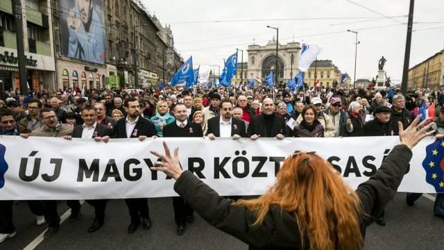 """Demonstranten marschieren in Budapest für """"eine neue Republik"""""""