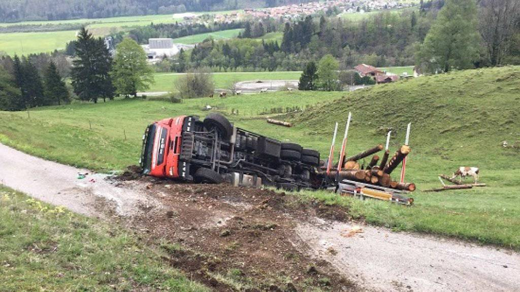 Der umgestürzte Lastwagen sollte Holz transportieren.