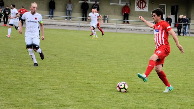 FCD-Captain Naim Haziri forderte einen Penalty und bekam die rote Karte. (Bild: Spiel FC Dietikon gegen Iliria Solothurn 4:2 (3:1). Joao Paiva auf dem Weg zum vierten Dietikoner Tor)
