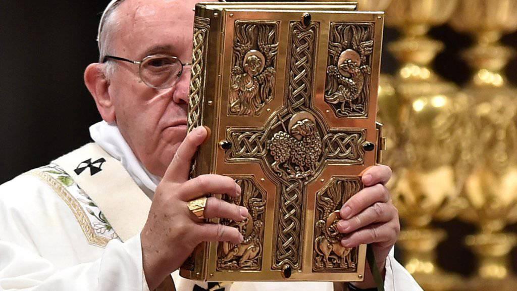 Er hat in der katholischen Kirche das letzte Wort: Papst Franziskus (in einer Aufnahme von Ostern in der Peterskirche).