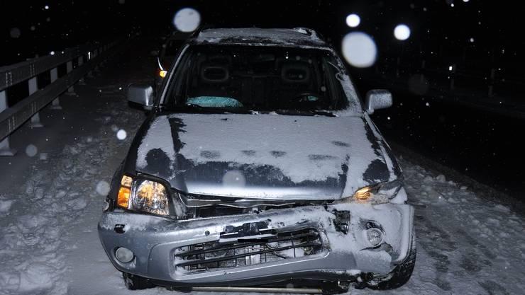 Eines der Autos, das im Schnee verunfallte.