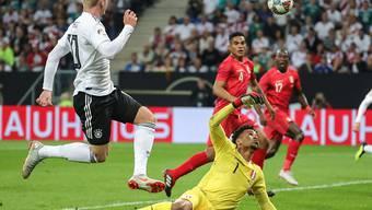 Julian Brandt lupft den Ball über Perus Goalie Pedro Gallese zum 1:1