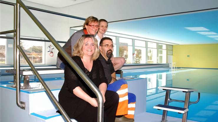 Susanne Muff, Werner Müller (unten), Andrea Andersch und Veronika Preiser freuen sich über die gelungene Schwimmbad-Sanierung. sh