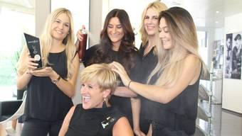Haben sichtlich Spass beim Frisieren: Cornelia Fabbricatore (Mitte) wird von ihren Mitarbeiterinnen gestylt.