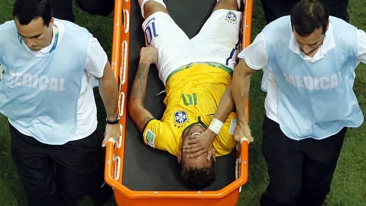 Neymar muss mit der Bahre vom Spielfeld getragen werden