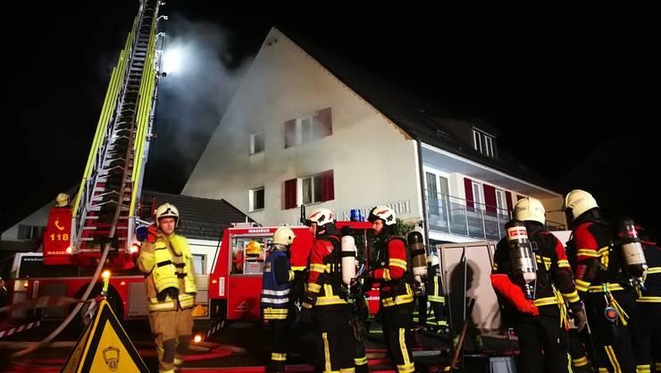 Die Feuerwehr rückte am Donnerstagmorgen, 7. Februar 2019, kurz nach 2 Uhr mit einem Grossaufgebot nach Schinznach Dorf aus.