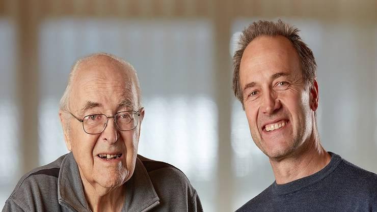 Donator Peter Diem (l.) und Stiftungspräsident Niklaus Walther bei der symbolischen Übergabe eines Holzkunstwerks zvg