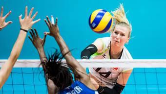 Der Schweizer Teamcaptain Laura Künzler punktet am Netz.