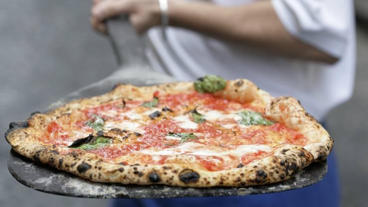 Da läuft einem das Wasser im Munde zusammen: Frische Pizza Margherita aus dem Holzofen.