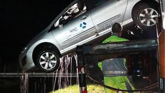 Gampelen: Auto landet im Wasser