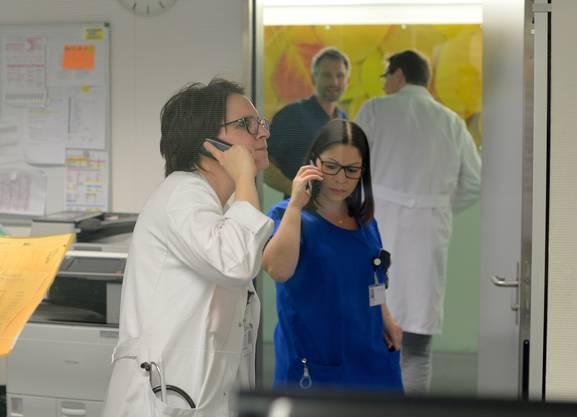 So sieht der Patient durch das grosse Glasfenster, was im Koordinationszimmer der Notfallstation abgeht.