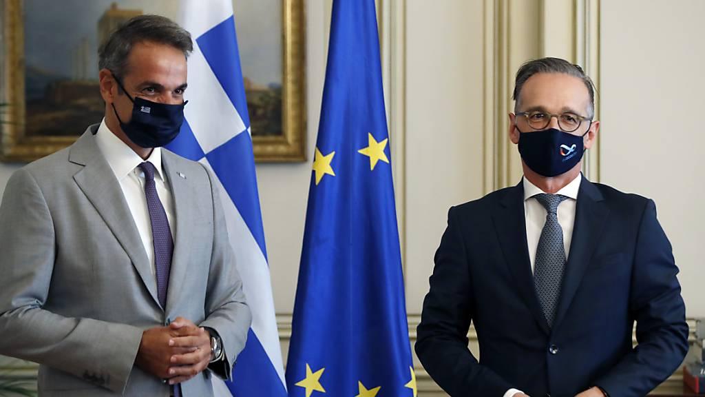 Kyriakos Mitsotakis (l), Ministerpräsident von Griechenland, und Heiko Maas (SPD), deutscher Außenminister, stehen während ihres Treffens in der Maximos-Villa in der griechischen Hauptstadt Athen zusammen. Foto: Thanassis Stavrakis/AP/dpa