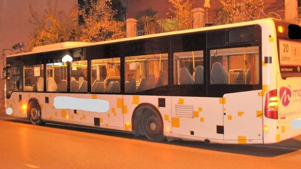 Am Bus löste sich während der Fahrt aus unbekannten Gründen eines der beiden linken Hinterrädern.