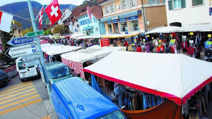 Neue Situation: Zum ersten Mal erstreckte sich der Herbstmarkt ab Abzweigung Kestenholzstrasse Richtung Dorf. (wak)