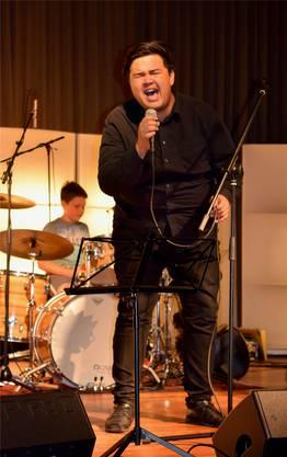 Sänger Jason Lanz überzeugt mit seiner energiegeladenen Stimme.