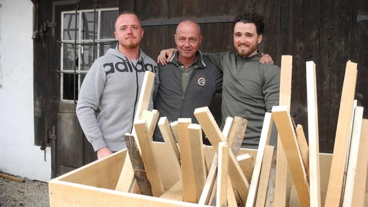 Hansruedi Schmider (in der Mitte) und seine Söhne Lars und Yven haben das Feuerschiff, obwohl es eigentlich nur eine Kiste ist, nach exakten Vorgaben gebaut.
