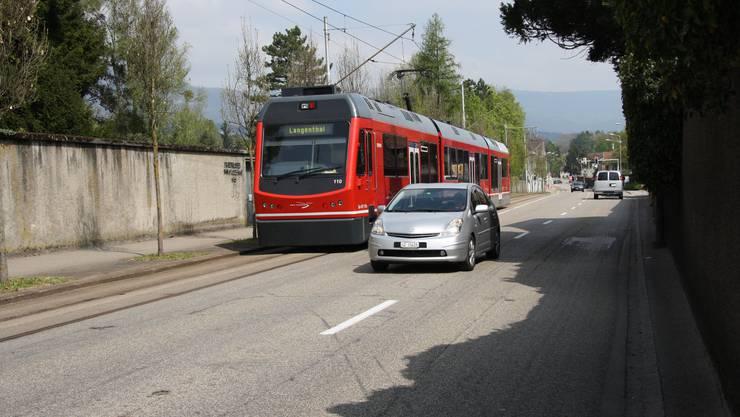 Solche Bilder gehörden in wenigen Jahren der Vergangenheit an: Das Bipperlisi verkehrt dann über die gesamte Baselstrasse auf zwei Geleisen, und die Autos fahren nicht mehr in der gleichen Richtung nebenher.