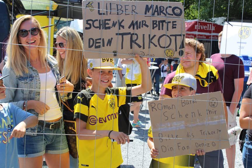 Die Schilder nützten nichts. Die beiden jungen Fans aus Zürich haben kein Trikot erhalten. (Bild: FM1Today/Noémie Bont)