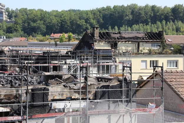 Der Dachstuhl des Nebengebäudes brannte ebenfalls aus