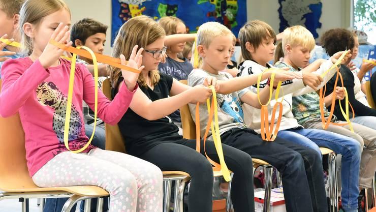 Die Kinder des Ferienpass Neuendorf sind mit höchster Konzentration bei der Sache, zaubern will schliesslich gelernt sein.